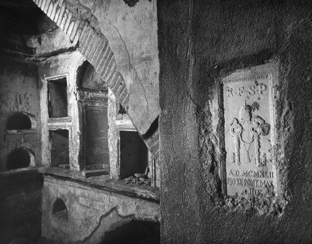 Одна из погребальных камер в Некрополе под собором Св.Петра. Рим,1950 год